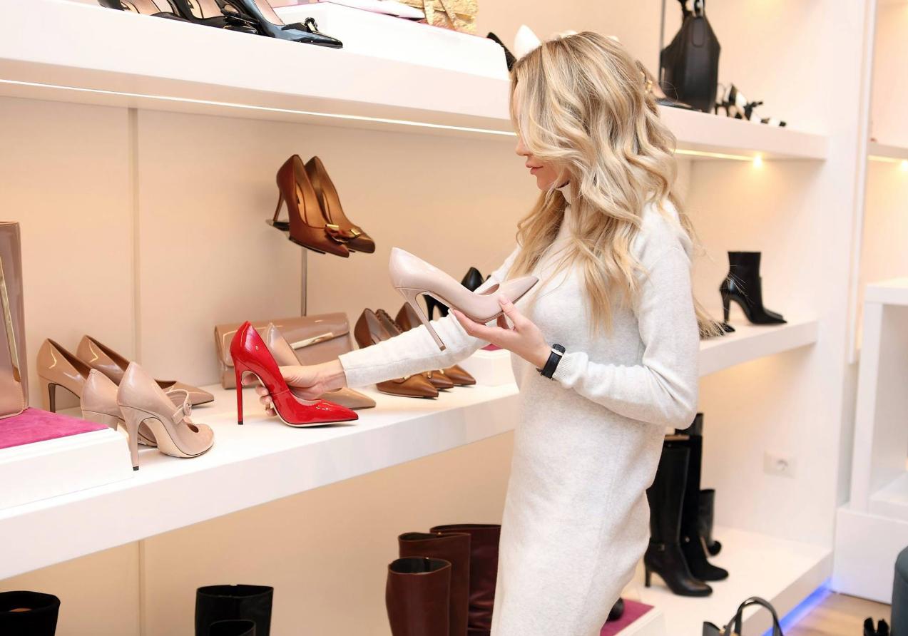 kobieta kupująca buty