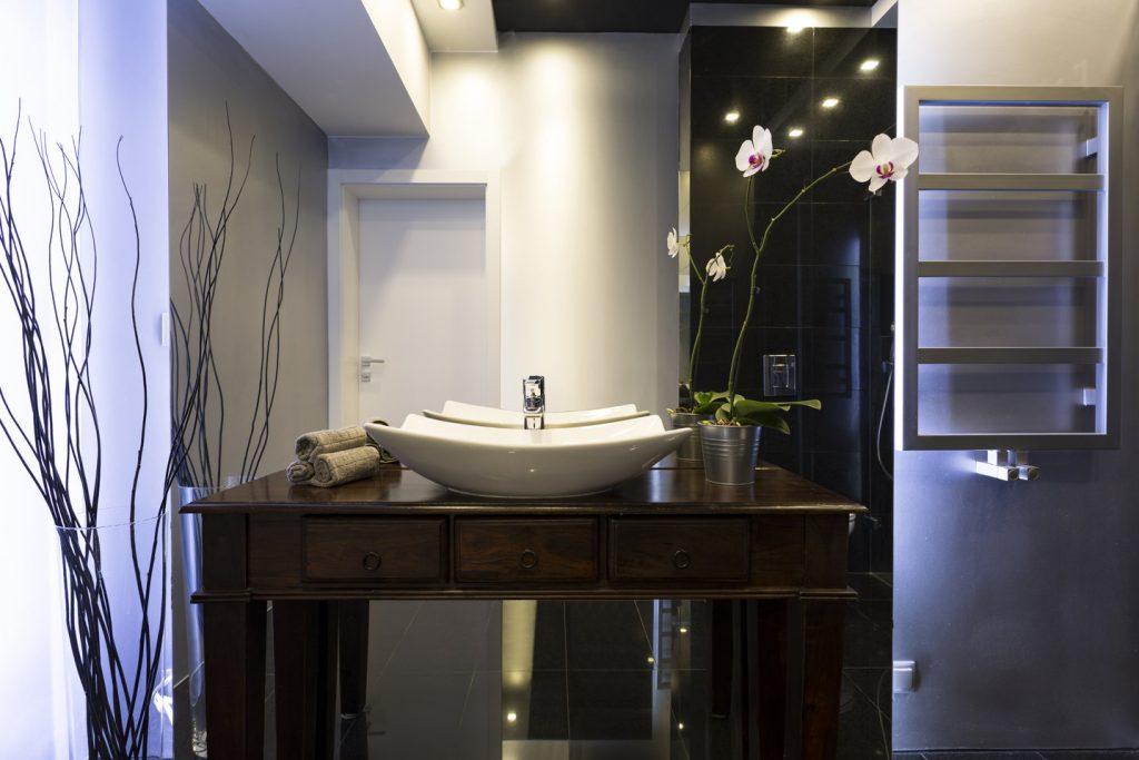 szafka łazienkowa z oświetleniem LED